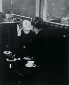 Brassaï. Pareja de enamorados en un pequeño café parisino.  1932.