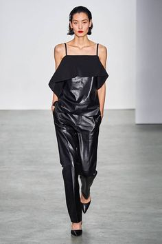 Helmut Lang Fall 2019 Ready-to-Wear Fashion Show - Vogue Helmut Lang, Vogue, All Black Everything, Fashion Show Collection, Leather Fashion, Catwalk, Fashion Brands, Nice Dresses, Ideias Fashion