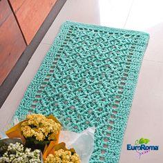 Começamos a semana com uma dica para quem quer inovar nos tapetes em crochê.  Na receita a seguir, você encontra dois diferenciais: o pont... Crochet Kitchen, Crochet Home, Knit Crochet, Picnic Blanket, Outdoor Blanket, Crochet Doilies, Floor Rugs, Rugs On Carpet, Diy And Crafts