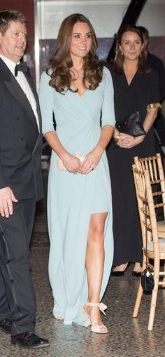 Duquesa de Cambridge. 'Look': La Duquesa estaba espectacular con un vestido azul pastel firmado por Jenny Packham y de largo asimétrico. Completó su 'look' con un 'clutch', de Alexander McQueen y unas sandalias rosas atadas al tobillo, de L.K. Bennett. Para las joyas, recurrió a la firma española Mónica Vinader.
