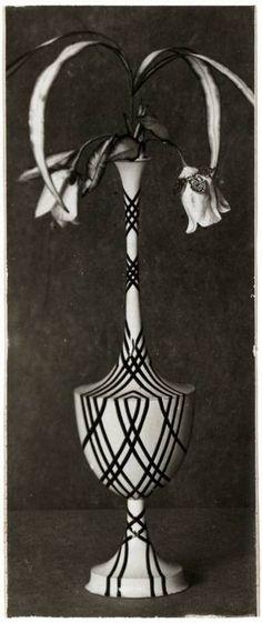 """Objektbezeichnung: Fotografie Titel: """"Vase"""" Modellnummer: M 2785 Entstehung / Datierung: Peche, Dagobert, Entwurf des abgebildeten Objekts Wiener Werkstätte, Ausführung des abgebildeten Objekts, Zürich <Stadt>, 1917"""