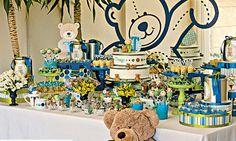 Para meninos Acompanhado de vários tons de verde e azul, o tema ursinhos rendeu uma linda decoração para menino, criada especialmente para CLAUDIA BEBÊ. O ponto de partida da minha inspiração foram os papéis que escolhi. Imaginei caixas redondas em diversas alturas para montar uma mesa bem rica, conta a assessora de eventos e decoradora Paula Carrieri