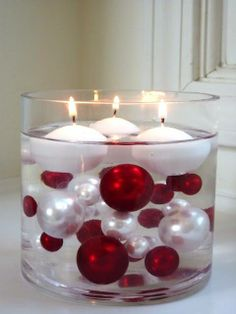 Submerged Ornaments with Floating Candles. / recipiente com bolas de natal e velas flutuantes Noel Christmas, Winter Christmas, All Things Christmas, Christmas Candles, Homemade Christmas, Christmas Ornaments, Frugal Christmas, Christmas Balls, Christmas Candle Holders