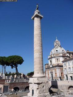 Colonne de Trajan, Rome antique La colonne est décorée d'une frise enroulée en spirale qui comprend pas moins de 2.500 personnages sculptés le long de 23 spires . La frise immortalise les campagnes menées par l'Empereur Trajan contre les Daces en 101-102 et en 105-107 après JC