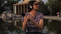 """León Larregui Cantante y compositor de la banda mexicana Zoé, desde 1997, actualmente alterna como solista.También escribe con respecto a historias que él inventa, anécdotas, películas, cosas que lee o escucha, como son sus éxitos """"Vía Láctea"""", """"Soñé"""", """"Veneno"""" y """"Labios Rotos"""", por el cual ganó el Grammy Latino en 2011 como Mejor Canción Rock."""