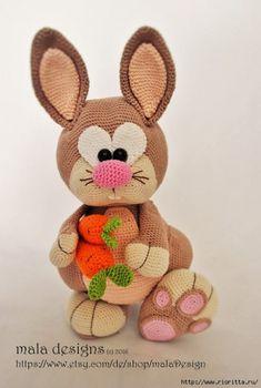 Эта симпатичная игрушка кролик вяжется крючком. Инструкция по вязанию переведена на русский язык Анастасией Макеевой, авторский кролик от Мала Дизайн, с Этси.…