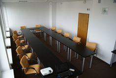 """Układ sali typu """"podkowa"""", idealny do szkoleń wymagających interakcji pomiędzy uczestnikami."""