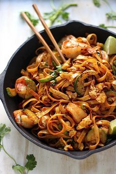 20-Minute Spicy Sriracha Shrimp and Zucchini Lo Mein #shrimp #sriracha #lomein