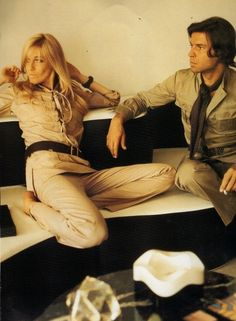 Betty y François Catraux en su casa usando chaquetas safaris de YSL. Foto: Horst P. Horst, 1969 / Betty and François Catroux at their home wearing YSL's safari jackets. Photo: Horst P. Safari Jacket, Catsuit, Style Icons, Yves Saint Laurent, The Past, Hipster, Singer, Actresses, Model