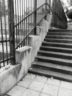 Fragmentos de la urbe 29. #design #graphicdesign #diseñografico #diseño #streetphotography #fotografiadelacalle #picoftheday #fotodeldia #matostudiodesign @matostudio #blackandwhitephotography #blancoynegro #photoshoot https://www.facebook.com/MatostudioDesign/