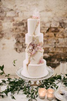Kintsugi Crystal Geode Wedding Cake - Cake by Liz Marek - Bruidstaart Diy Wedding Cake, Beautiful Wedding Cakes, Gorgeous Cakes, Wedding Cake Designs, Geode Wedding Cakes, Geode Cake, Crystal Cake, Cake Trends, Wedding Cake Inspiration