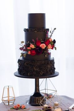 Modern tiered black wedding cake with red and peach floral. Modern tiered black wedding cake with red and peach floral. Creative Wedding Cakes, Black Wedding Cakes, Cool Wedding Cakes, Beautiful Wedding Cakes, Wedding Cake Designs, Beautiful Cakes, Gothic Wedding Cake, Black Weddings, Medieval Wedding