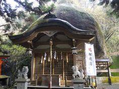 大阪府交野市の山の中にある磐船神社。ひっそりとある神社なので、多くの人が参拝するような賑やかな神社ではありませんが、一部のマニアには人気のある神社です。それはこの神社のご神体とされる大きな岩。この岩は天孫降臨の際に神様が乗ってこられた「天の磐船」だという言い伝えがあります。そんな「天の磐船」以外にも大きな岩が並び、様々な伝説が残る磐船神社の見どころを紹介したいと思います。