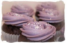 Cupcakes de chocolate con nueces y buttercream de violetas. Chocolate cupcakes with walnuts and violets buttercream