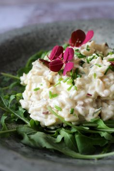 Her om sommeren er en hurtig og kold aftensmad eller frokost lige sagen. Så der er i dag lavet en nem og god rissalat med en masse godt i. Den er bestemt ikke sund, men lækker det er den!
