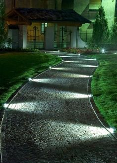 Éclairer son allée de jardin avec des spots - Marie Claire Maison