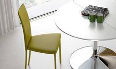 Sedia colorata Slim Slim è una sedia colorata dalla caratteristica forma snella, dallo schienale alle gambe, particolarmente adatta a case minimal e di design. Slim esprime tutto il suo carattere quando si osa con il colore. Ha il telaio in acciaio rivestito. Tra le sedie colorate della Riflessi, Slim è sicuramente la più glamour.