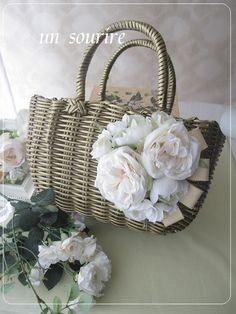 こちらはとちけ様オーダー品になります。ゴールドのカゴバッグにホワイト系のお花をたっぷり飾り、黄色のMOKUBAリボンを使用しました。|ハンドメイド、手作り、手仕事品の通販・販売・購入ならCreema。 Shabby Chic Art, Tree Bag, Diy Sac, Flower Bag, Craft Bags, Basket Bag, Fabric Flowers, Diy And Crafts, Weaving