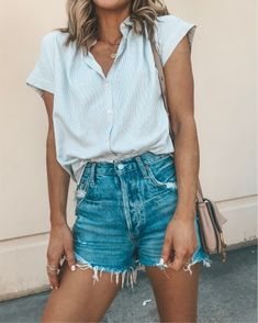 35 Awesome Summer Outfits You'll Want To Copy süß + kleidung + idee + + sommer + 2019 +: + shirt +++ tasche +++ denim + shorts Outfits For Teens, Trendy Outfits, Cool Outfits, Fashion Outfits, Womens Fashion, Denim Shorts Outfit Summer, Cute Outfits With Shorts, College Outfits, Outfits With Jean Shorts