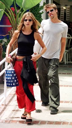 The Best Paparazzi Moments from the - Brad Pitt and Jennifer Aniston – crfashionbook - Brad Pitt Jennifer Aniston, Jennifer Aniston Style, Brad Pitt And Jennifer, Jenifer Aniston, Jennifer Aniston Friends, Style Année 90, Looks Style, Looks Cool, Style Men