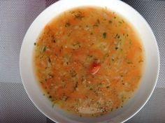 4-5 marchewki 2 pietruszki kawałek selera 1/2 szklanki kaszy jaglanej 2 łyżki koperku 2 łyżki natki pietruszki 1 łyżka masła sól i pieprz, liść laurowy, ziarenko ziela angielskiego 2,5 litra wody Do wody dodać obrane i starte na tarce warzywa. Dodać opłukaną dokładnie kaszę jaglaną (należy ją opłukać w miseczce, kilka razy zmieniając wodę). Gotować około 40 minut. Pod koniec dodać posiekany koperek i natkę pietruszki. Doprawić solą i pieprzem Dodać łyżkę masła i dokładnie wymieszać.