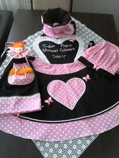 Bathroom Crafts, Apron Designs, Sewing Aprons, Cute Kitchen, Kids Apron, Aprons Vintage, Table Toppers, Clay Crafts, Holidays And Events