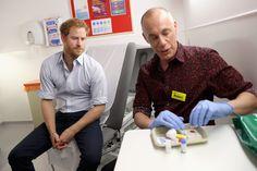 Príncipe Harry faz teste de HIV ao vivo no Facebook