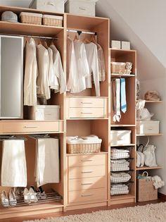 Nuevas formas de armario, adios a la lo clásico :)   http://www.decorablog.com/wp-content/2012/05/Interior-armario-en-arce.jpg