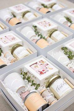 Caixinha para Lembrancinha: +54 Inspirações e Dicas de Como Fazer Wedding Gifts For Groomsmen, Groomsman Gifts, Bridesmaid Gifts, Bridesmaid Proposal, Wedding Favors, Bridesmaids, Curated Gift Boxes, Client Gifts, Welcome Gifts