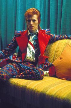 Ziggy Stardust era - bold colours and patterns- David Bowie Album David Bowie, David Bowie Ziggy, Bowie Ziggy Stardust, Tilda Swinton, David Jones, Look Disco, Beatles, Mode Punk, Ziggy Played Guitar
