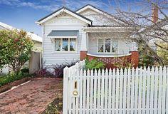 White on white Californian bungalow Exterior Color Schemes, Exterior Paint, Outdoor House Colors, Facade House, House Exteriors, California Bungalow, Cottages And Bungalows, Bungalow Renovation, Front Yard Design
