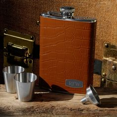 Personalized brown executive leather flask set. This executive style flask will make a great wedding gift for your groomsmen,ushers  or the best man.