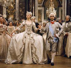 Kirsten Dunst dans le film Marie Antoinette de Sofia Coppola en 2006 http://www.vogue.fr/mode/inspirations/diaporama/les-robes-de-mariee-au-cinema/15367/image/870242#!kirsten-dunst-dans-le-film-marie-antoinette-de-sofia-coppola-en-2006