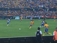 Jugada en desarrollo durante el partido de Tigres vs Puebla.