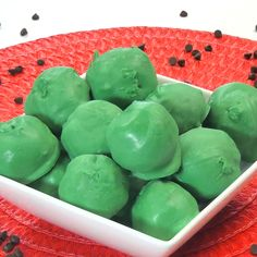 Watermelon cake ball recipe --- so fun and so simple! Beautiful green and pink cake balls look just like bites of watermelon! #cakecalls #cakepops #recipes #watermelon