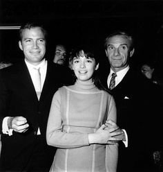 Here with Angela Cartwright & Jonathan Harris. Happy birthday today to William Shatner. He turned 89 on Space Tv Series, Space Tv Shows, Star Trek 1966, Star Trek Tos, Star Wars, Jupiter 2, Jonathan Harris, Happy Birthday Today, Star Trek Images