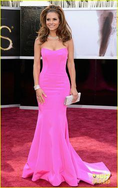 Maria Menounos com um longo pink, Romona Keveza, super certo no seu corpo. #Oscar2013