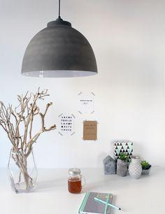 Stoere robuuste hanglamp cement bolvormig https://www.directlampen.nl/robuuste-hanglamp-light-living-kylie-grijs