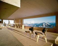 Dall'Engadina alle Alpi Francesi, tre case in mezzo alla neveSCHEIDEGG, ALPI SVIZZEREEssenziale, solitaria, spigolosa. Sul Monte Rigi, la casa di vacanza dello studio di architettura zurighese AFGH.Una finestra lunga 5 metri per godersi il paesaggio. Tavolo su disegno e sedie Bellmann, disegnate nel 1951 da Hans Bellmann per Horgenglarus. In primo piano sedie Plywood di Charles & Ray Eames per Vitra