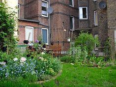 Mauerblumen: Über Gemüseanbau in meinem Hinterhof Pergola, Small Gardens, Mansions, House Styles, Places, Green, Durham, Garden Ideas, Home Decor