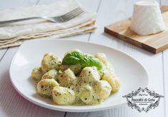 Preparare gli gnocchi di ricotta con salsa al pesto è semplice: bastano pochi ingredienti e riuscirete a portare in tavola questo primo piatto buonissimo!