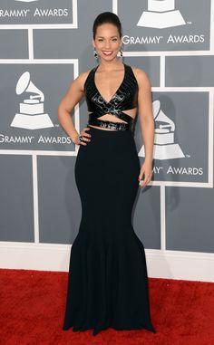 Alicia Keys apostou em um modelo sereia Azzedine Alaia, também com recortes na região do tronco.