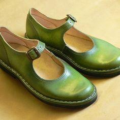 チェコの靴職人がつくる靴-4 Sock Shoes, Shoe Boots, Flat Shoes, Fairy Shoes, Mary Jane Shoes, Vintage Shoes, Beautiful Bags, Wearable Art, Leather Shoes