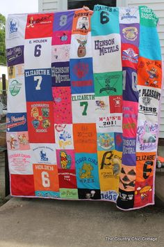 Making a Quilt out of Tshirts for Graduation - * THE COUNTRY CHIC COTTAGE (DIY, Home Decor, Crafts, Farmhouse) This is a perfect graduation gift!