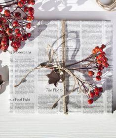 Geschenkverpackungen in den Farben Rot und Weiß sehen einfach besonders weihnachtlich aus! Unser Tipp: Günstiges Geschenkpapier wie eine alte Zeitung verwenden und mit frischen Hagebutten-Zweigen kombinieren. Alles was Du zum Verpacken Deiner Weihnachtsgeschenke benötigst, findest Du bei WestwingNow. // Geschenke Weihnachten Christmas Ideen Deko Dekorieren DIY Schenken Advent Schleife Geschenkpapier Rot Weiss #Schenken#Geschenke#Weihnachten#Christmas#Ideen#Deko#Advent