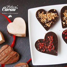 Gostaria de receber um coração para partilhar com o seu amor?  Estamos a preparar os chocolates para o dia dos namorados: Coração grande (30g) de chocolate negro com pimenta rosa ou amendoim crocante ;) -------------- Would you like to receive a heart to share with your love?  We are preparing chocolates for Valentine's Day: Big heart of black chocolate with pink pepper or crunchy peanut;) #pedacoscacau  #pedacosdecacau #chocolate #chocolat #artesanal #handmade #portugal #gift #prenda…