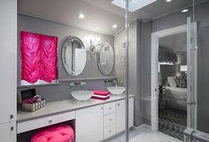 aménagement salle de bains aux accents roses miroir