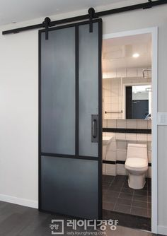 지루하고 다소 답답한 일반적인 문짝 대신 세련된 인테리어 효과를 낼 수 있는 좋은 대안이 눈에 띈다. 바로 미닫이문처럼 옆으로 여닫는 슬라이딩 도어. 공간을 효율적으로 분리시키는 Bathroom Interior, Door Design, Concrete Floors Living Room, Home Decor, House Interior, Interior Architecture, Doors Interior, Bathroom Design, Apartment Interior