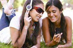 Sur les baladeurs, les ordinateurs, les téléphones...la musique a envahi leurs vies. Ils la téléchargent et la partagent toujours plus vite... Elle est l'activité culturelle favorite des 15-24 ans.