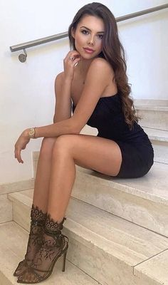 Beautiful Legs, Gorgeous Women, Beautiful People, Brunette Beauty, Hot Brunette, Tight Dresses, Sexy Dresses, Sexy Outfits, Talons Sexy